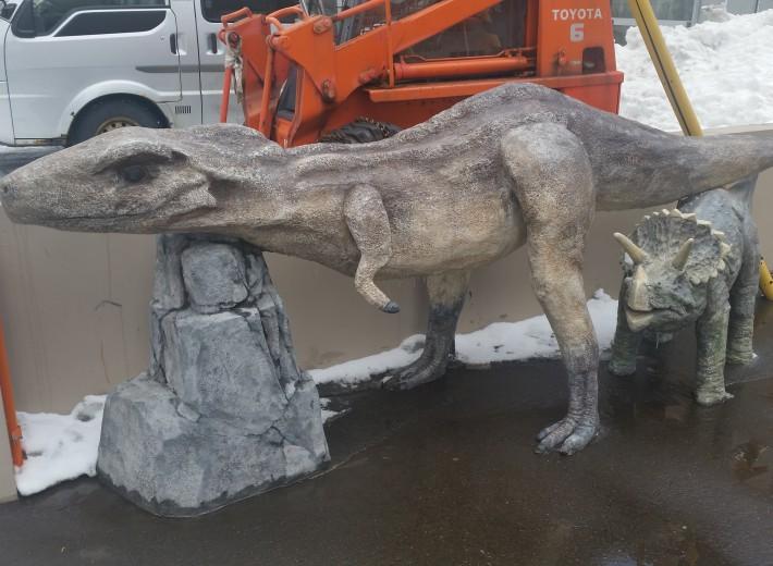 『雪の千歳市メロディー広場に恐竜現る!?』3