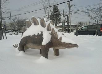 『雪の千歳市メロディー広場に恐竜現る!?』