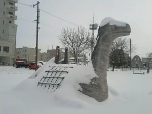 『雪の千歳市メロディー広場に恐竜現る!?』2